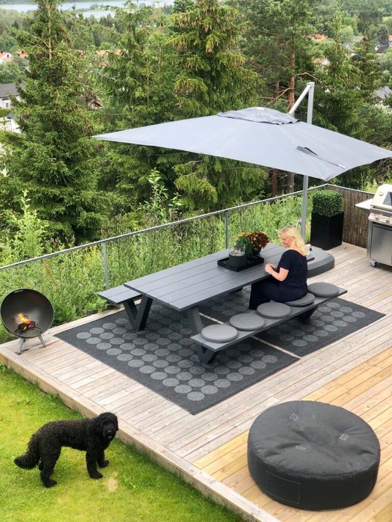 Piknikbenk-av-aluminium-på-uteplass-med-marianne-og-kira Hagemøbler og utemøbler - Fine design