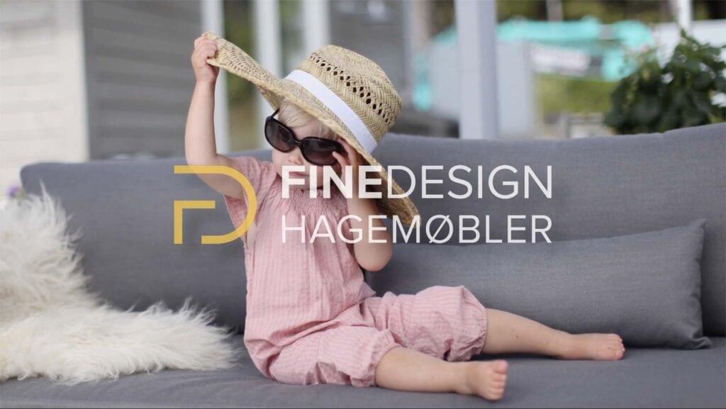 Fine-design-hagemobler-med-liten-jente-i-sofa Hagemøbler og utemøbler - Fine design
