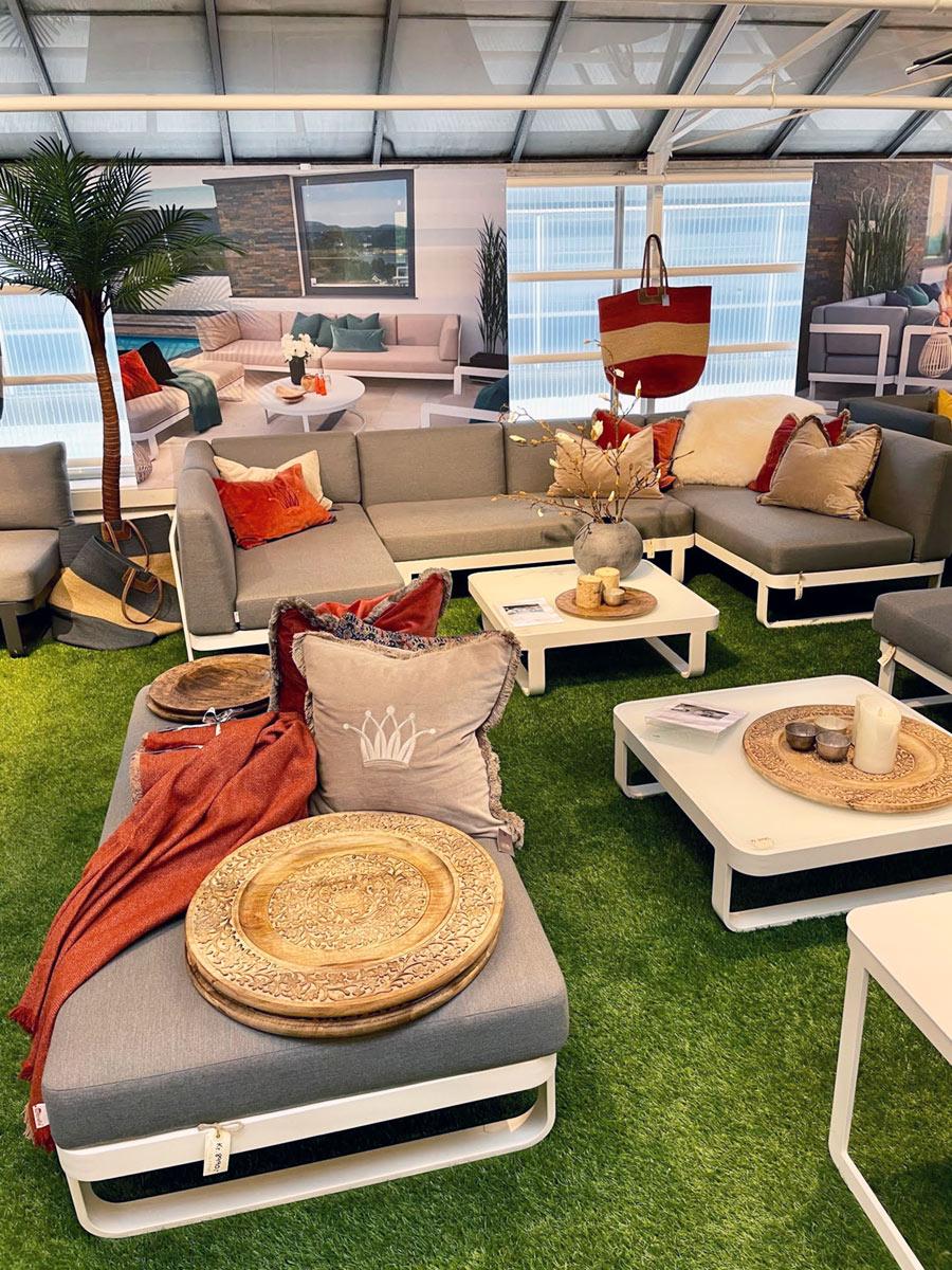 Fantastisk tilbehør som håndlagede pledd, fat og puter ved Gardenart-sofaer