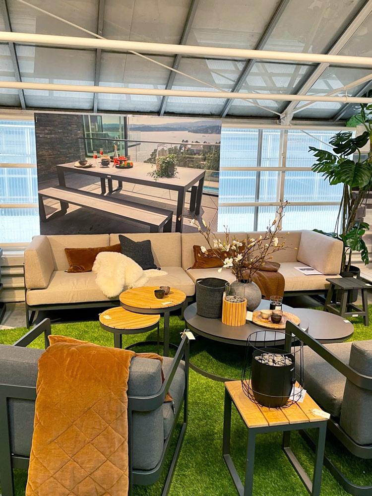 Runde sofabord som kan settes under hverandre, utstilt med gasslykter og hagesofaer på Fine Design Høvik