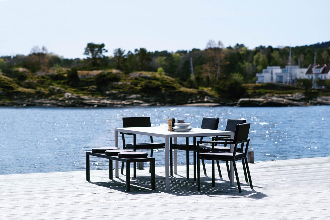 Sundays Design hagemøbler i strålende solskinn med en glitrende sjø i bakgrunnen