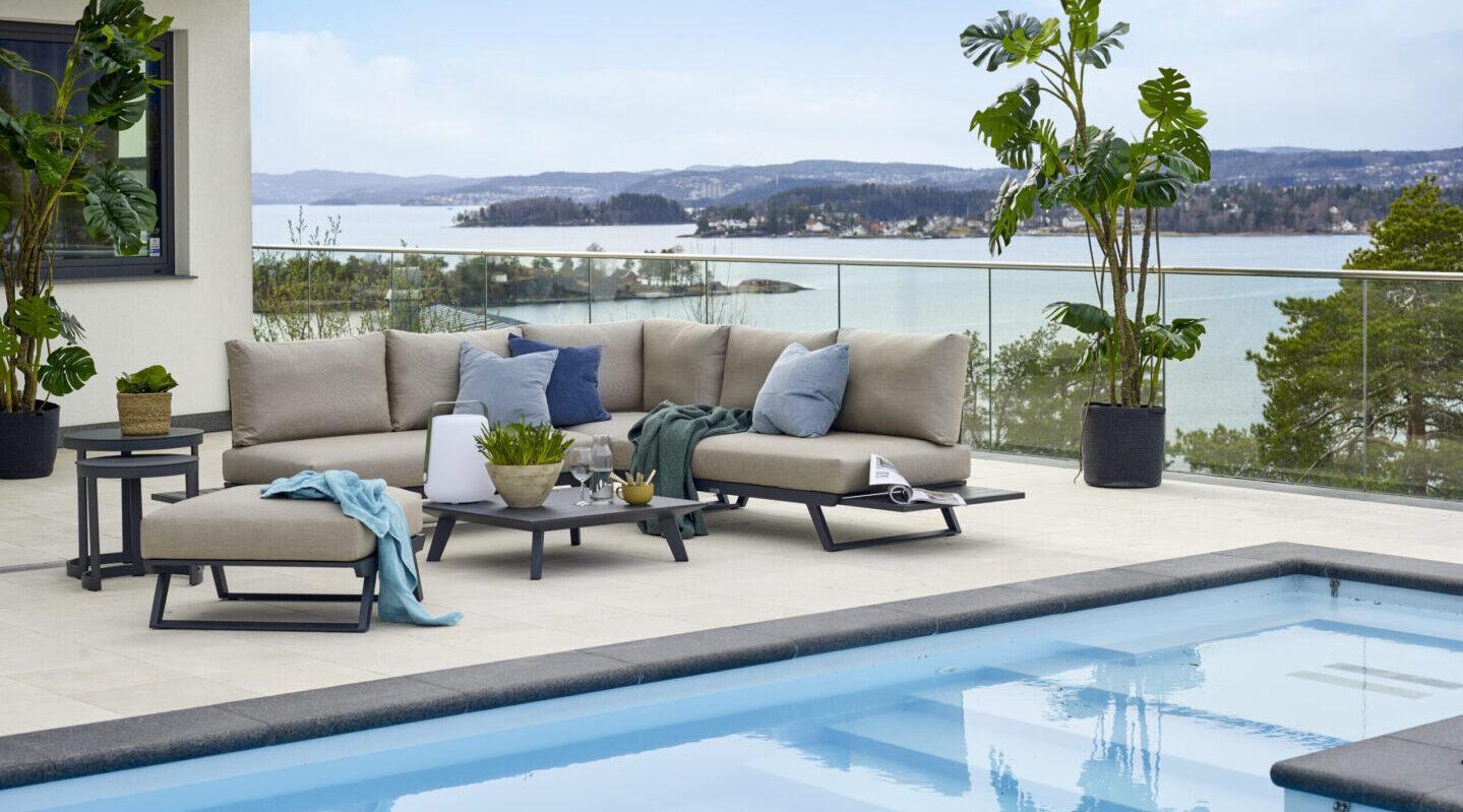 Gardenart fleksibel hjørnesofa med bord i sort aluminium og kaki fargede puter
