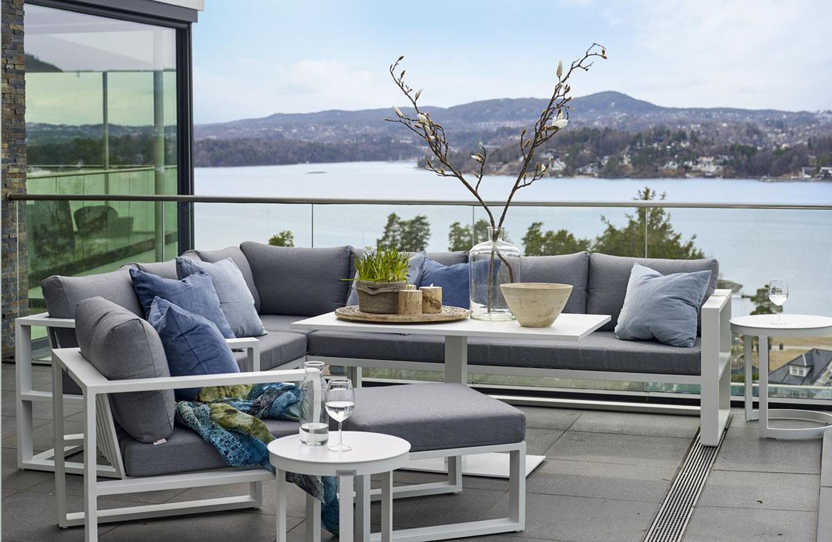 Hvite aluminiums-hagemøbler fra Fine Design fotografert med en fantastisk utsikt