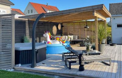 Solsenger fra Fine Design med bord imellom - landskap