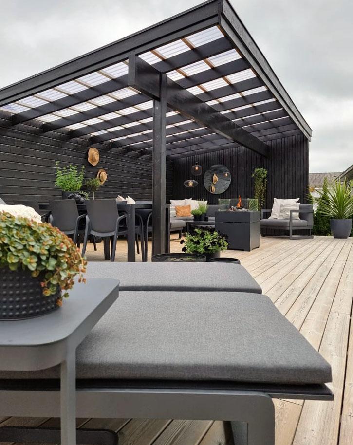 Solsenger med andre hagemøbler fra Fine Design i bakgrunn på terrasse